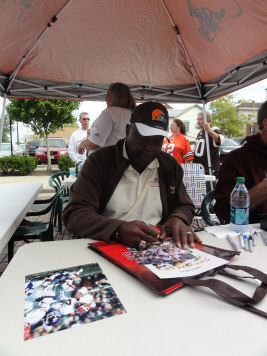 Leroy Kelly signing photos and a carry bag for me